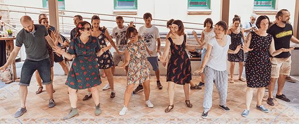 Grupo bailando en el pation